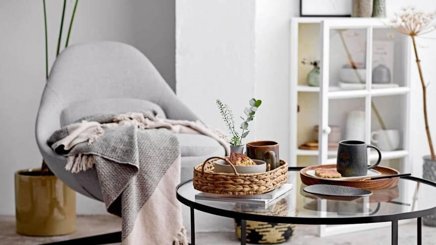 salon cocooning comme mode de vie avec fauteuil et table basse